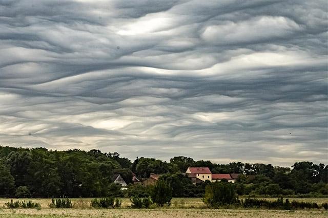 Seltene Wellenwolken am Himmel